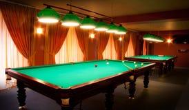 Intérieur d'un club ayant des tables de billard photo stock