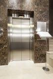 Intérieur d'un couloir avec des escaliers d'ascenseur et de marbre de passager photos stock