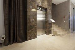 Intérieur d'un couloir avec des escaliers d'ascenseur et de marbre de passager image libre de droits