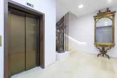 Intérieur d'un couloir de luxe avec l'ascenseur de passager image libre de droits