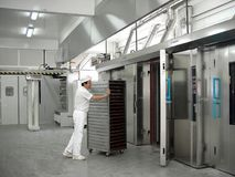 Intérieur d'un entrepôt industriel pour faire le pain 2 images stock