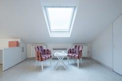Intérieur d'un grenier confortable blanc lumineux en appartement de luxe - endroit photo libre de droits