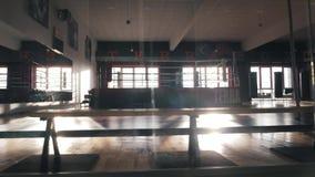 Intérieur d'un hall de boxe banque de vidéos