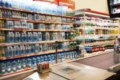Intérieur d'un hyperpermarket à bas prix Voli Image stock