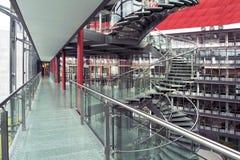 Intérieur d'un immeuble de bureaux moderne images stock