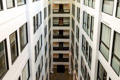 Intérieur d'un immeuble de bureaux moderne image libre de droits