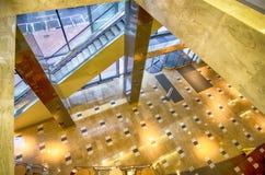 Intérieur d'un lobby d'immeuble de bureaux avec la réception Image libre de droits
