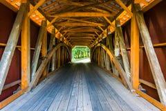 Intérieur d'un pont couvert dans le comté de Lancaster rural, Pennsylv image libre de droits