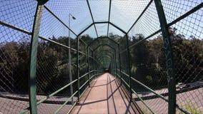 Intérieur d'un pont en passage couvert avec la maille en métal banque de vidéos