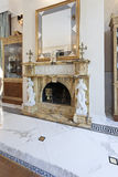 Intérieur d'un salon avec la cheminée en villa de luxe Photographie stock libre de droits