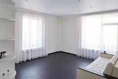 Intérieur d'un studio moderne avec les fenêtres légères photos libres de droits