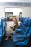 Intérieur d'un train de voyageurs avec la jeune femme Images libres de droits