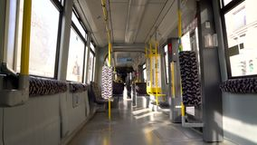 Intérieur d'un tram vide voyageant par Berlin, Allemagne, l'Europe banque de vidéos