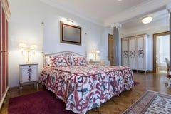 Intérieur d'une chambre à coucher classique colorée de style photographie stock