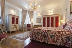 Intérieur d'une chambre à coucher classique colorée de style photos libres de droits