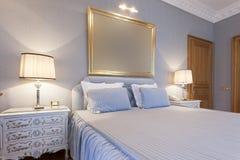 Intérieur d'une chambre à coucher classique de style image stock