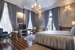 Intérieur d'une chambre à coucher classique de style en villa de luxe images libres de droits
