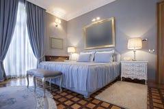 Intérieur d'une chambre à coucher classique de style en villa de luxe photo libre de droits