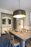 Intérieur d'une cuisine avec la grande lampe Image libre de droits