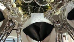 Intérieur d'une décoration de hall de mariage Belles tables les épousant servies banque de vidéos