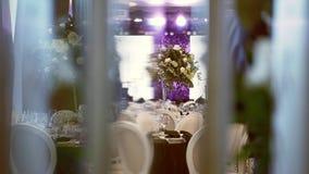 Intérieur d'une décoration de hall de mariage Belles tables les épousant servies clips vidéos