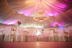 Intérieur d'une décoration de tente de mariage prête pour des invités Photos libres de droits