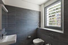 Intérieur d'une maison moderne, salle de bains grise image libre de droits