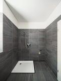 Intérieur d'une maison moderne, salle de bains grise photos libres de droits