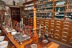 Intérieur d'une pharmacie antique Photo stock