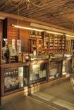 Intérieur d'une pharmacie antique Images stock