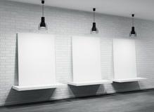 Intérieur d'une salle avec trois affiches Photographie stock libre de droits