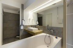 Intérieur d'une salle de bains d'hôtel de luxe image libre de droits