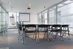 Intérieur d'une salle de conférence lumineuse moderne image libre de droits
