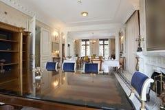 Intérieur d'une salle dinning de luxe Photographie stock libre de droits