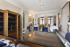Intérieur d'une salle dinning de luxe Image libre de droits