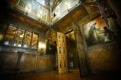 Intérieur d'une vieille maison espagnole avec les peintures et la porte en bois Photo stock