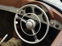 Intérieur d'une voiture de cru de sport Vieux volant image libre de droits