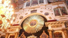 Intérieur dans une église orthodoxe clips vidéos