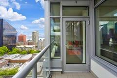 Intérieur de balcon de logement avec la vue de Seattle Photographie stock
