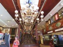 Intérieur de bar et grill du ` s de Diamond Lil avec le lustre et l'escalier, patrons, évènements mémorables de Kevin Costner, bo Photo libre de droits