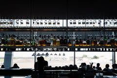 Intérieur de barre d'aéroport image stock