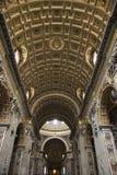 Intérieur de basilique de rue Peter à Rome. Images stock