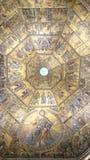 Intérieur de Battistero - couvrez d'un dôme le plafond avec les icônes d'or de mosaïque image libre de droits