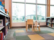 Intérieur de bibliothèque avec des étagères photos libres de droits