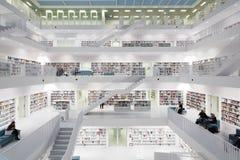 Intérieur de bibliothèque futuriste dans le blanc images stock