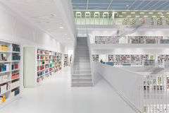 Intérieur de bibliothèque futuriste dans le blanc photo stock