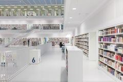 Intérieur de bibliothèque futuriste dans le blanc Photos stock