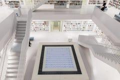 Intérieur de bibliothèque futuriste dans le blanc avec des escaliers images libres de droits