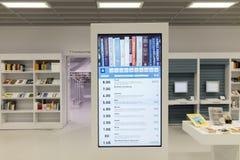 Intérieur de bibliothèque futuriste dans le blanc avec l'écran d'infos Image stock