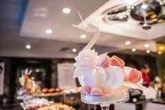 Intérieur de boutique de pâtisserie de cygne de Macaron Photographie stock libre de droits